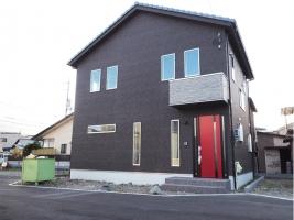 赤い扉がトレードマークの新築住宅♪