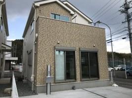 16帖のLDKと明るいキッチンのある角地の新築住宅