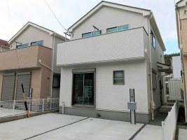 白を基調とした内装で17帖のLDKのある新築住宅